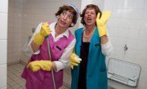 2 Schauspielerinnen als WC- Reinigungskräfte verkleidet