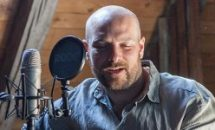 Stepahn Zinner singt ins Mikrophon