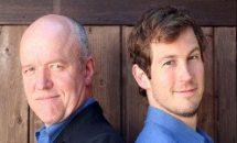 Heinz-Josef Braun und Stefan Murr stehen Rücken an Rücken und blicken auf den Betrachter