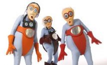 Drei personen als Außerirdische verkleidet in bunten KostümenK